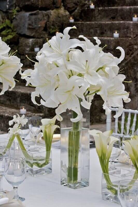 modern white flower arrangement for crystal wedding party Foto Pinterest