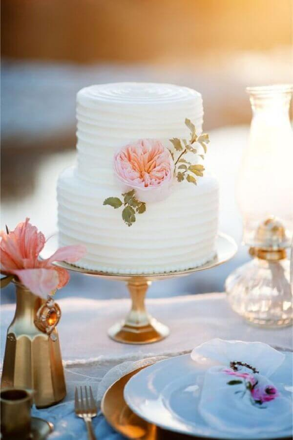 white crystal wedding cake decorated with pink flowers Foto Webcomunica