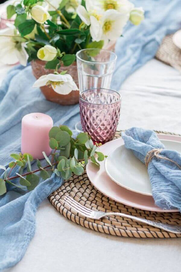 blue and pink decorated table for crystal wedding party Foto Style Me Pretty