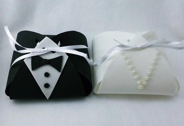 This delicate little wedding souvenir in eva imitates the bride and groom's costumes