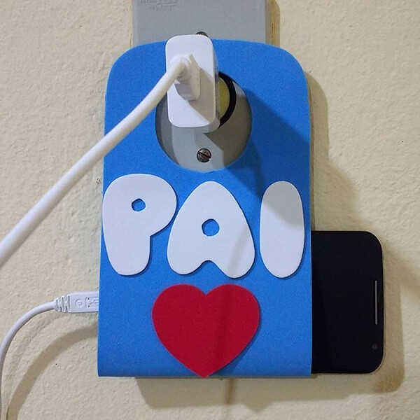 Souvenir of Father's Day in creative eva serves as a support for mobile phone