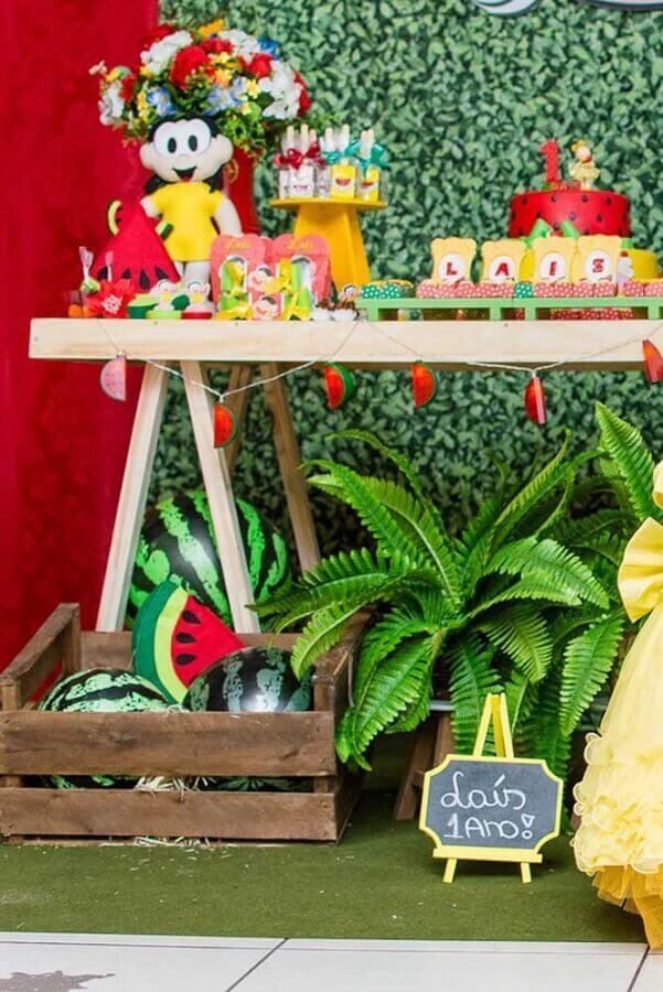 magali party table decorated with wooden crates and foliage Foto Pinterest