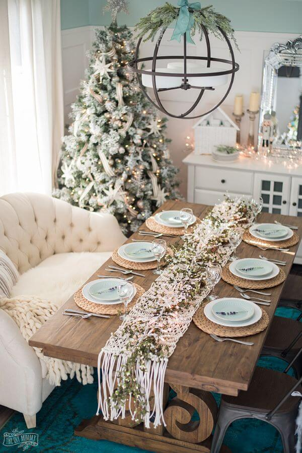 Simple Christmas table in green and white