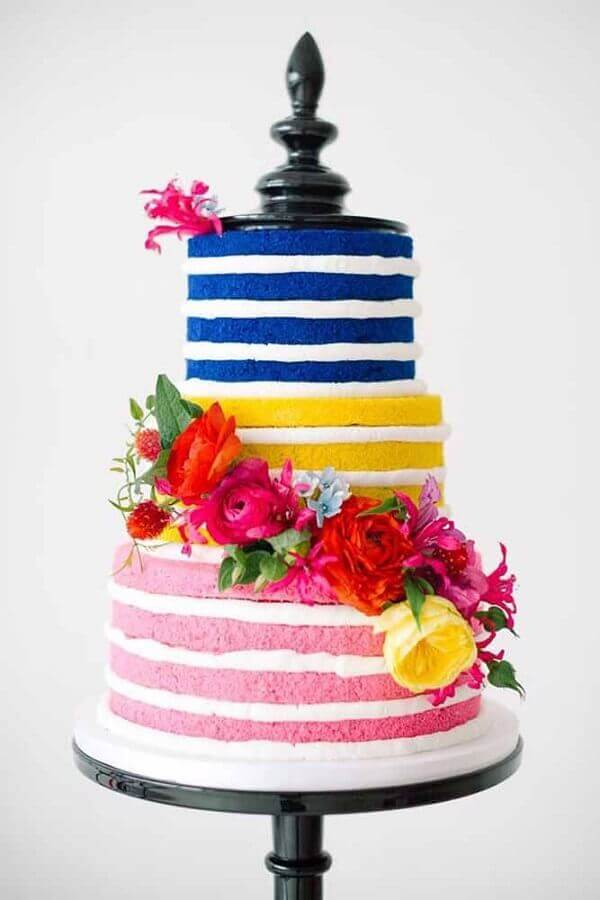 cake decorated with flowers and colored pasta Foto HoneyBrides