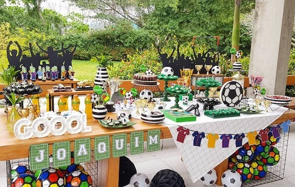 Take advantage of the backyard of the house to set up your simple soccer theme party