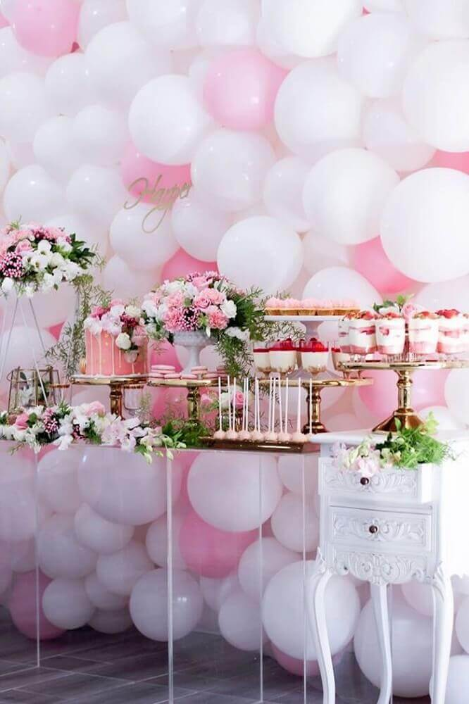 party decorated with pink and white bladders and flower arrangements on the cake table Foto Pinterest