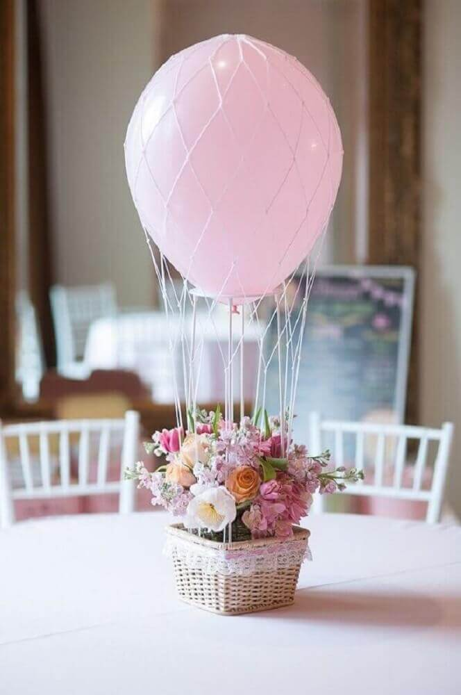 table decorated with flower arrangement and pink bladder Foto Pinterest