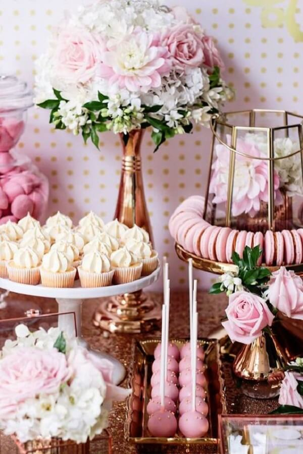 Delicate cake table details