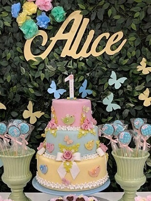 Enchanted garden cake in pink, blue and yellow Photo by Pinterest