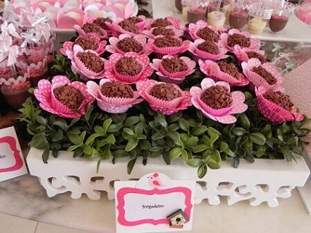 Brigadeiros with flower packs in enchanted garden party Photo by Webcomunica