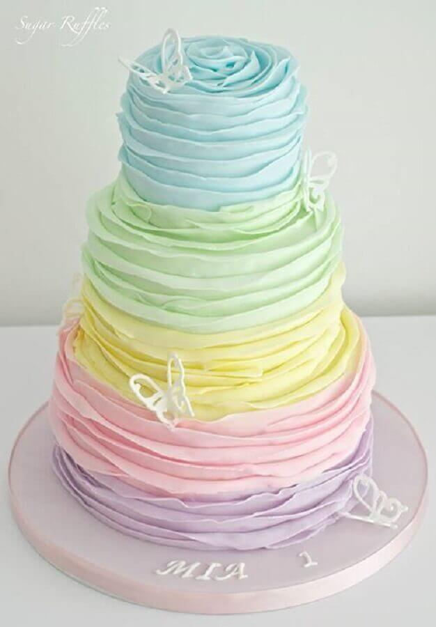 beautiful cake decorated with pastel whipped cream Foto Sugar Ruffles