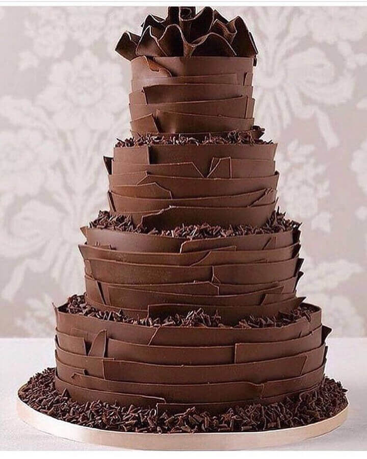 4 storey decorated chocolate cake with lots of chocolate scrap Photo Pinterest