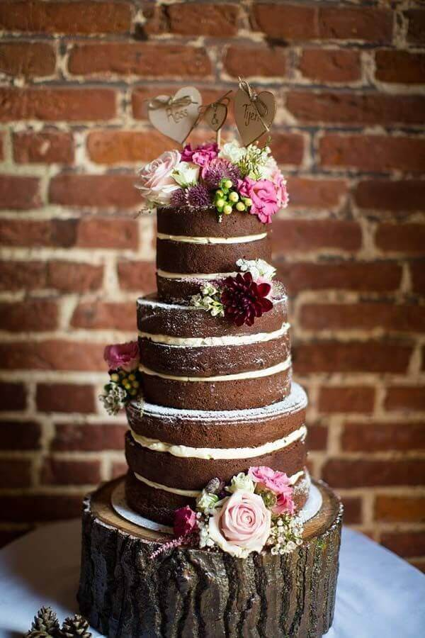 chocolate cake decorated with pink flowers Foto Pinosy