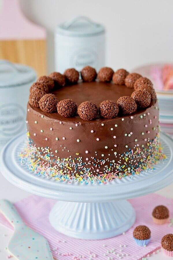 chocolate cake decorated with coloured granules and brigadeiro balls Foto Pinterest