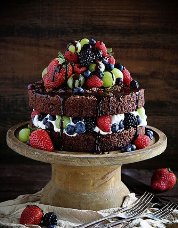simple decorated chocolate cake with lots of fruits and syrup Foto Pinosy