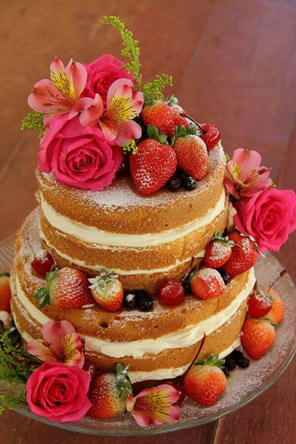 cake decorated with flowers and strawberries naked cake Foto Pinosy