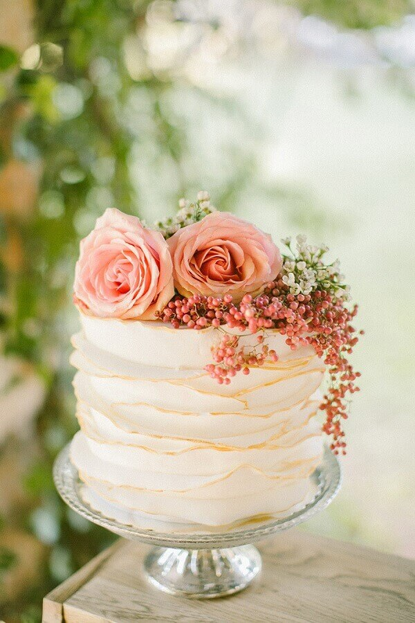 cake decorated with flowers for simple wedding Foto Style Me Pretty