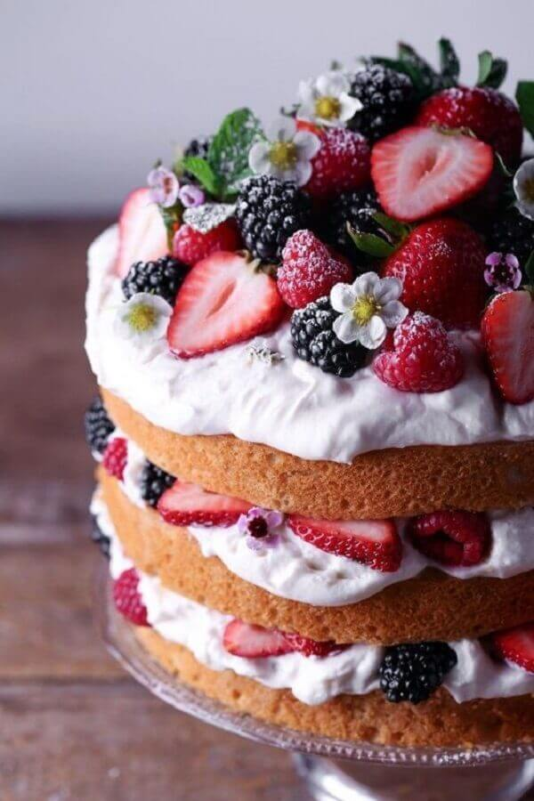 cake decorated with red fruits and small white flowers naked cake Photo Pinterest
