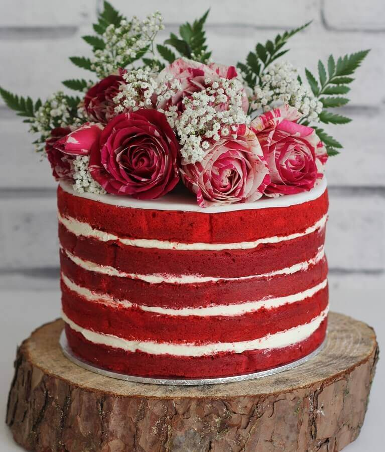 red velvet decorated cake with red roses on top Foto Pinosy