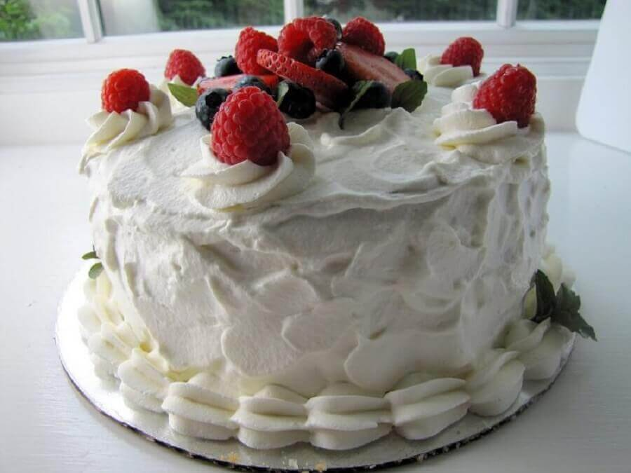simple decorated cakes with whipped cream and red fruits Foto Cakes Ideas