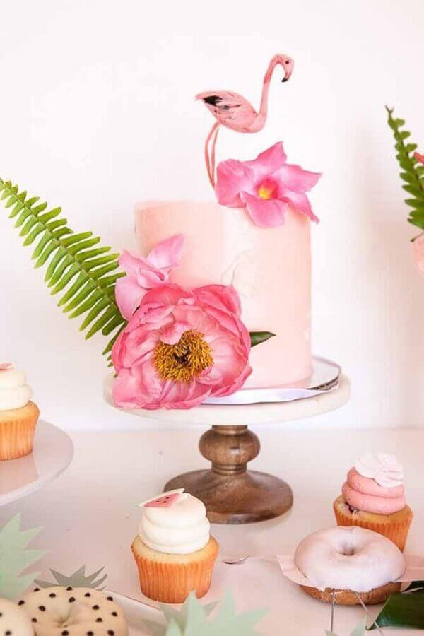 tropical party with cake decorated with flowers and flamingo Foto Pinterest