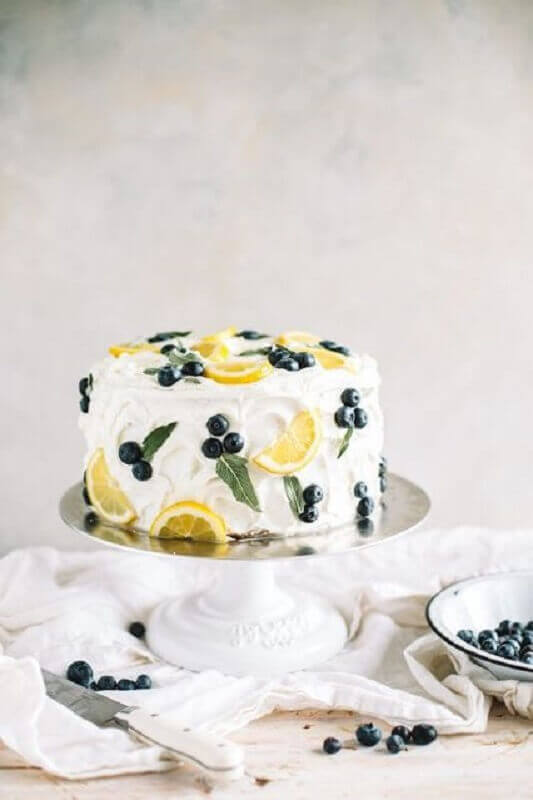 cake decorated with whipped cream and fruit Foto Pinterest