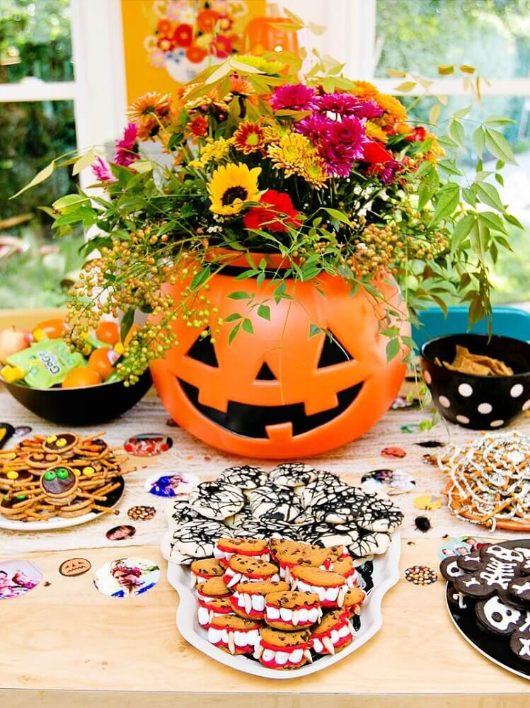 decorated table with flower arrangement for Halloween party Photo MillePop