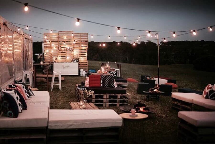 outdoor wedding party the night decorated with pallets and light pole Photo Pinterest