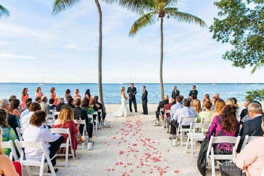 simple outdoor wedding at the beach Photo Pinosy