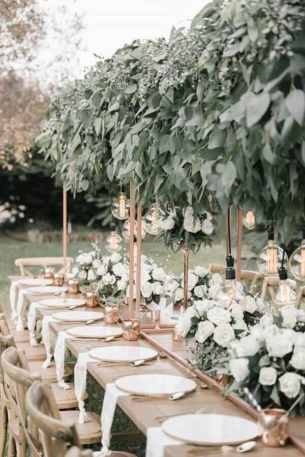 white flowers and foliage arrangement for outdoor wedding party Foto Pinosy