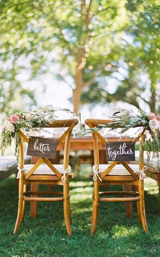 chairs decorated with plaquinhas for outdoor wedding party Foto Pinterest
