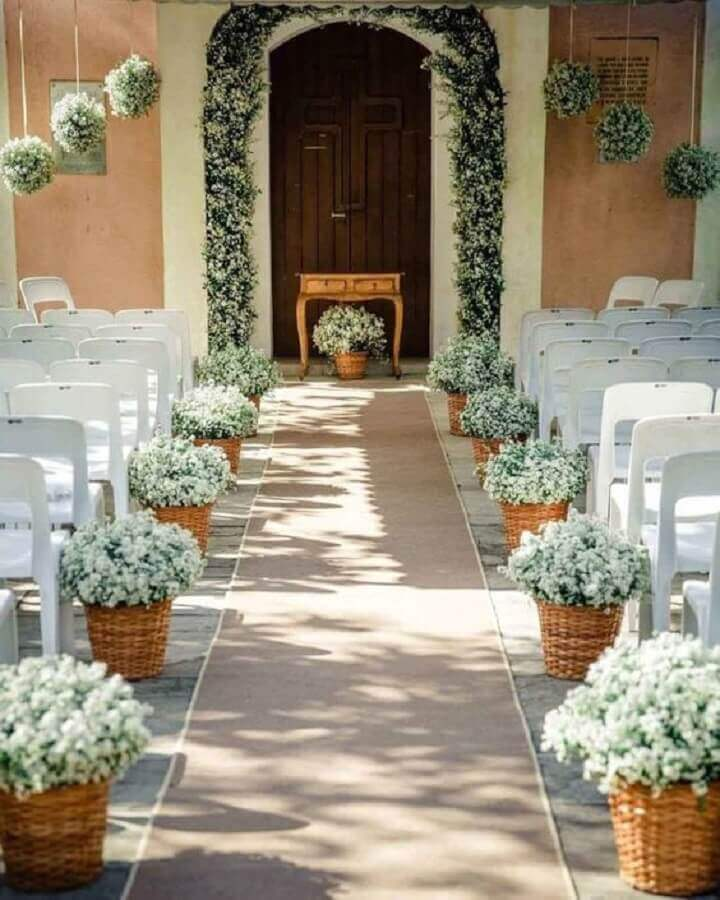 simple outdoor wedding decorated with small baskets with white flowers Foto Pinterest