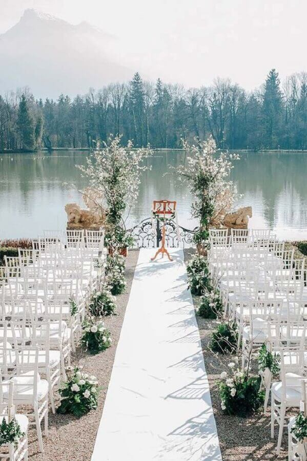 simple outdoor wedding decorated with white flower arrangements Foto Style me Pretty]