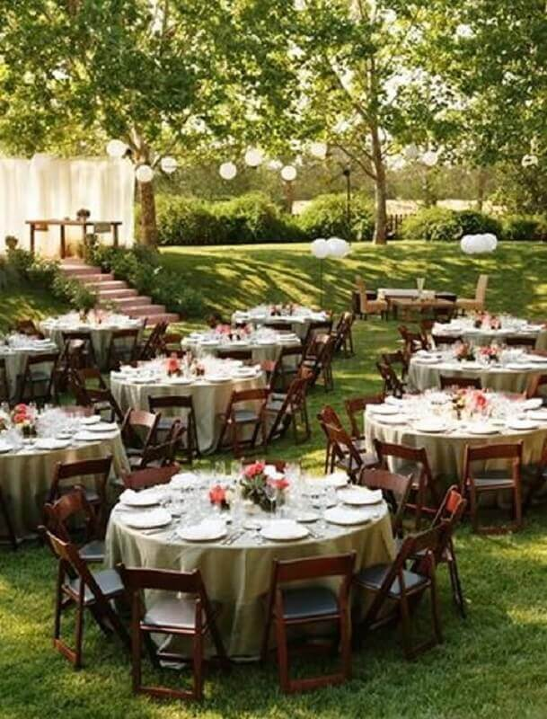 Decorated tables for outdoor wedding parties Foto Mobilize Events