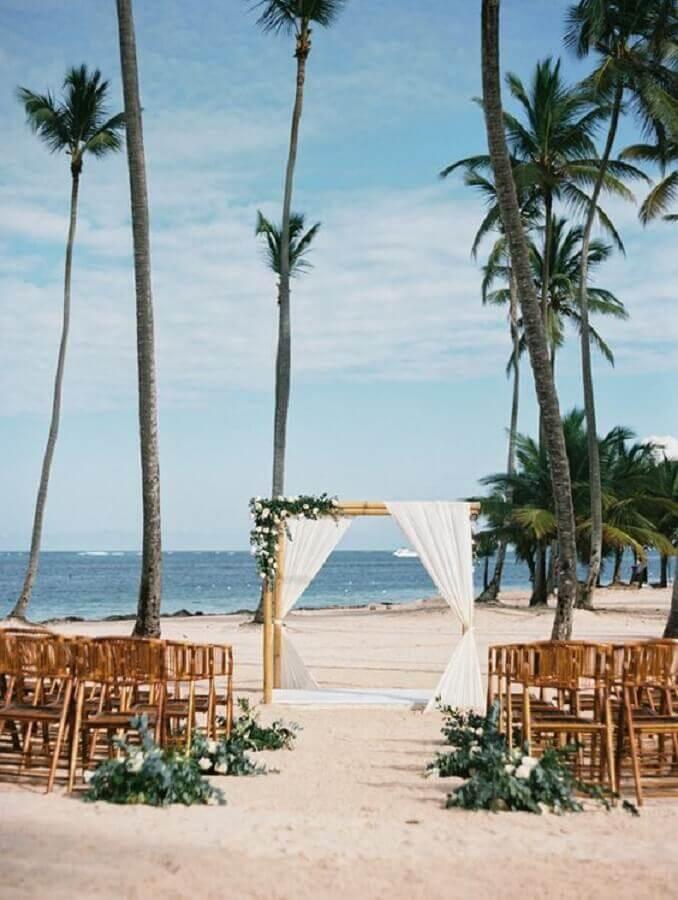 simple outdoor wedding idea on the beach Foto Style Me Pretty