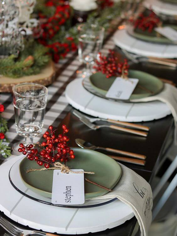 Ideas for decorating the Christmas table with green and red
