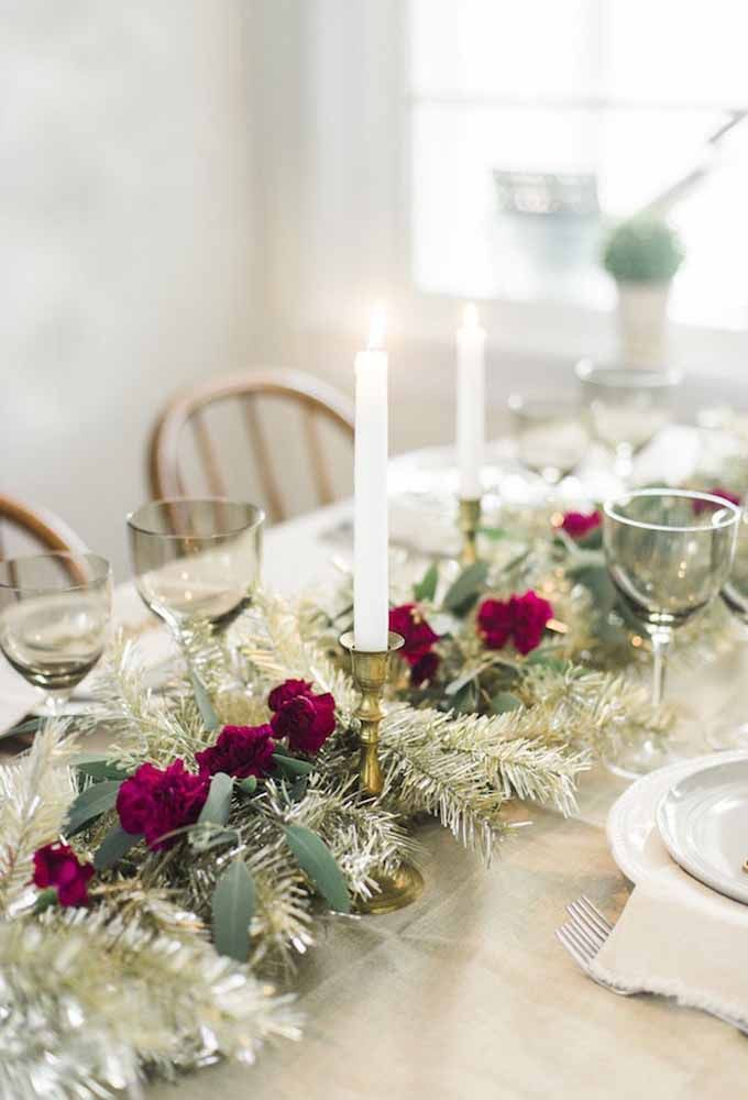 Simple Christmas table with red flowers