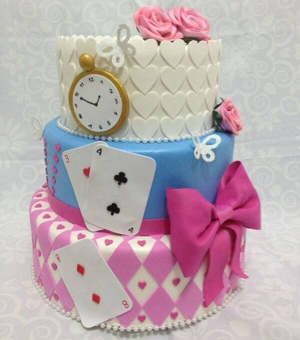 The design of this cake was inspired by the film Alice in Wonderland