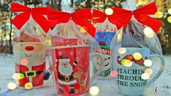 Christmas souvenir mugs decorated with Christmas theme