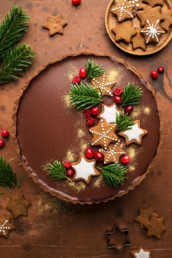 chocolate christmas cake decorated with red fruits and star biscuit Foto Lazy Cat Kitchen