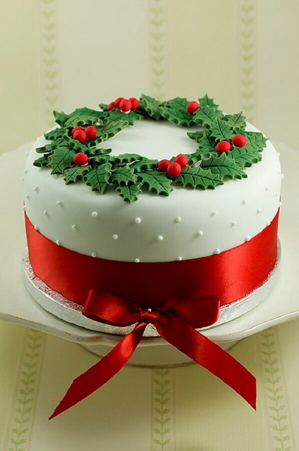christmas cake decorated with american paste and garland on top Photo Pouted Magazine