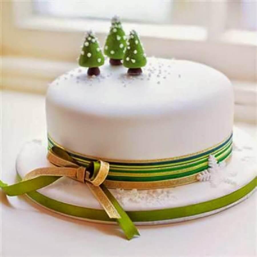 simple christmas cake with pinheirinhos on top Foto Arquitrecos