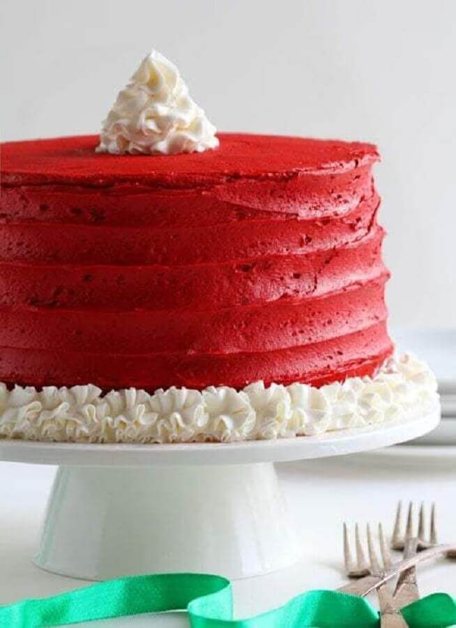 simple christmas cake all red with details made in whipped cream Foto Pinosy