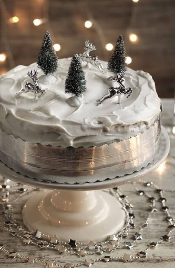 white and silver decorated cake Foto SistaCafe