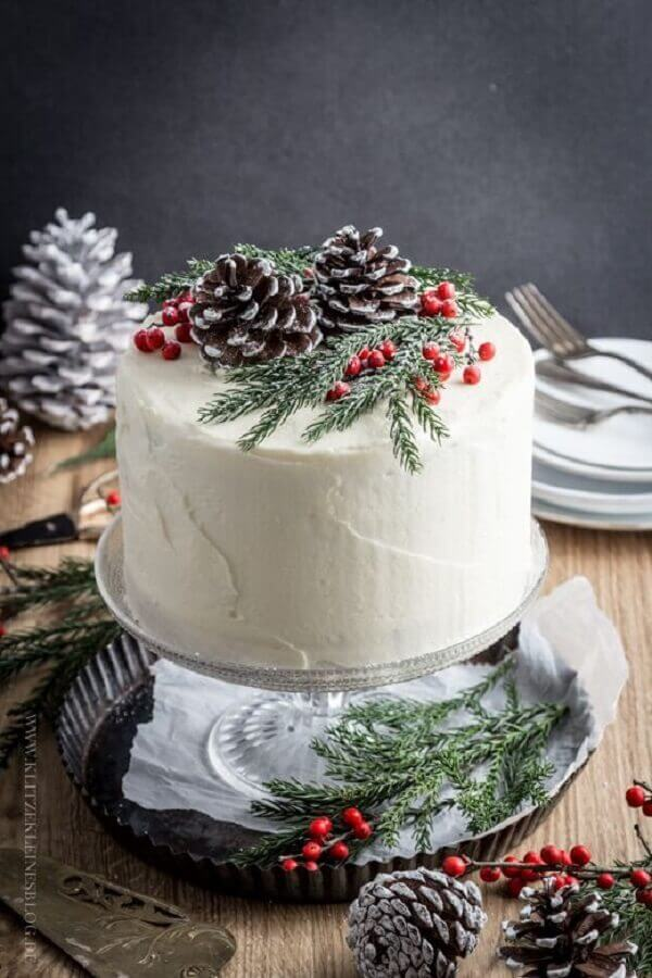 christmas decorated cake with pinecones and twigs Foto SistaCafe