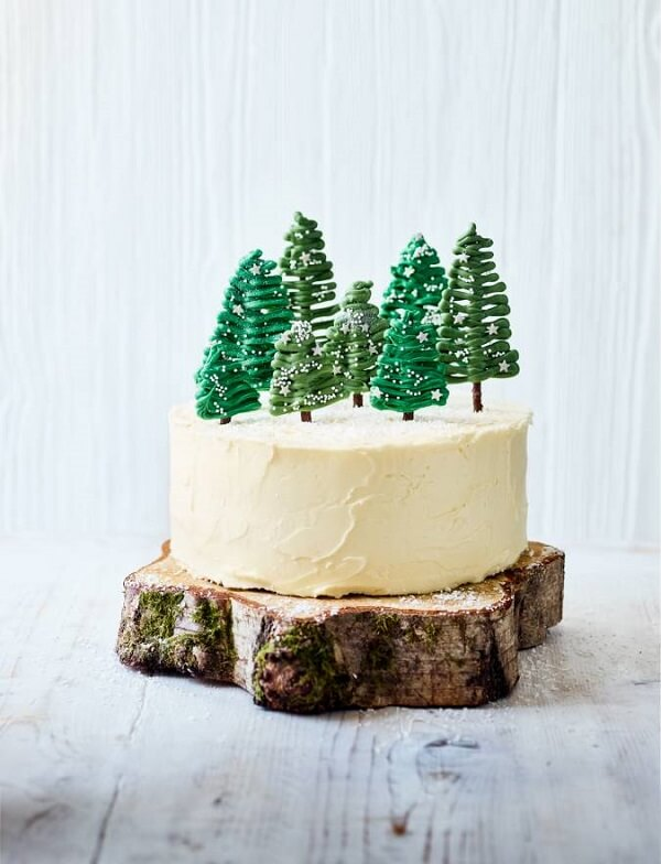 Use a wooden base to support the Christmas cake