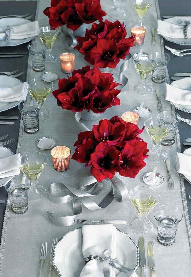 ideas for decorating white Christmas table with red flowers and candles Foto Pinterest