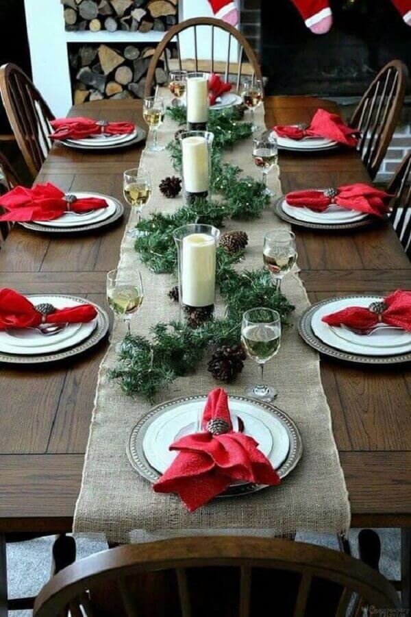 ideas for decorating Christmas table with pinecones and red napkins Photo Ideas Decor