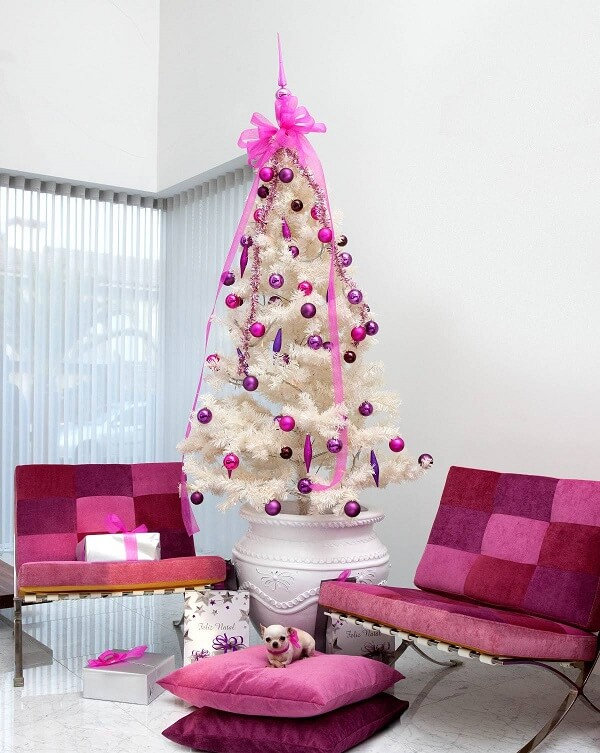 White and pink Christmas tree harmonizes with the furniture of the environment