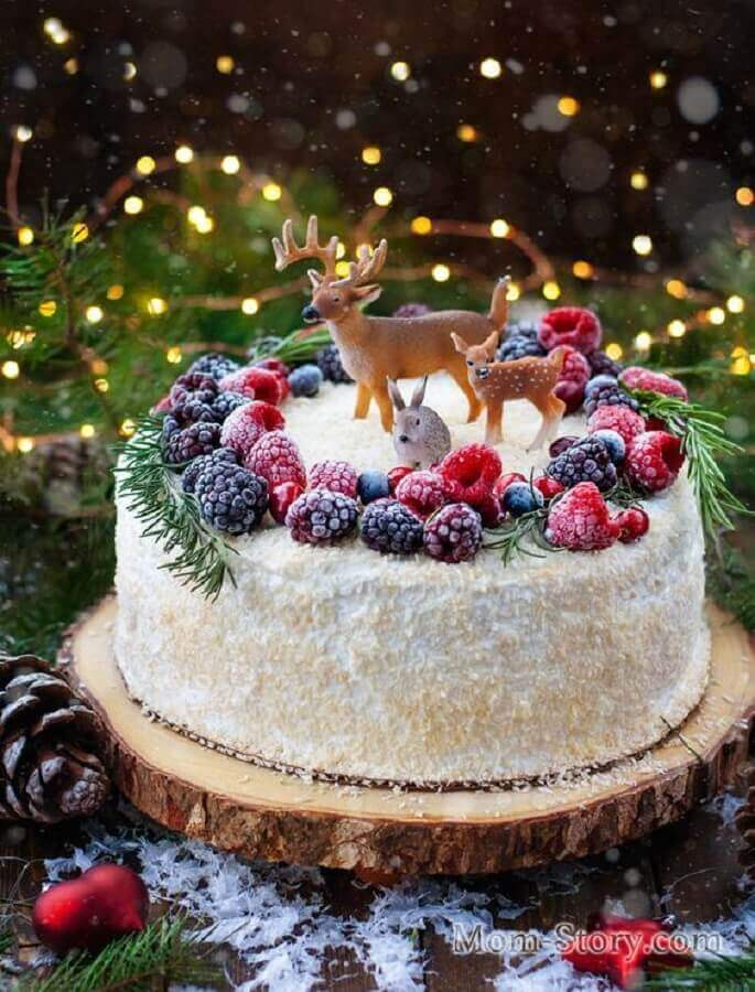 Christmas decorated cake with red fruits and reindeer Foto Pinosy